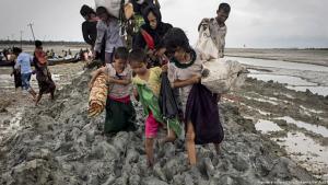 Aus Myanmar geflohene Angehörige einer Rohingya-Familie auf dem Weg nach Teknaf, Bangladesch; Foto: picture-alliance/dpa/Zumawire/Km Asad