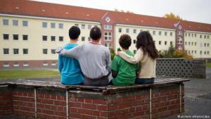 Syrische Asylbewerber vor einem deutschen Flüchtlingswohnheim; Foto: picture-alliance/dpa