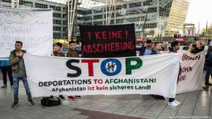 Proteste gegen die Abschiebung von afghanischen Flüchtlingen aus Deutschland am Flughafen von München, 24. April 2017; Foto: picture-alliance/ZUMA Wire/S. Babbar