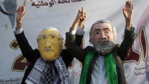 Palästinenser tragen Masken des Präsidenten der palästinensischen Autonomiebehörde Mahmud Abbas und des Hamas-führers Ismail Haniya, (Foto: AP)