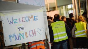 """Zwei Jahre nach dem Sommer der """"Willkommenskultur"""" in Deutschland: Freiwillige Helfer am 5. September 2015 am Münchener Hauptbahnhof; Foto: picture-alliance/dpa"""