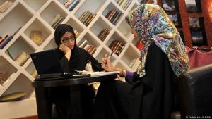 Saudische Frauen in einem Buchcafé in Jiddah; Foto: Getty Images/A.Hilabi