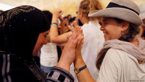 Eine Palästinenserin und eine Israelin gehen Hand in Hand während des jüngsten Frauen-Friedensmarsches in Israel und den palästinensischen Gebieten an (Foto: Reuters / R. Zvulun)
