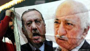 Plakat mit den Gesichtern von Recep Tayyip Erdoğan und Fethullah Gülen; Foto: Getty Images/AFP/O. Kose