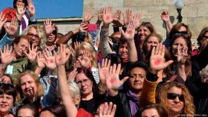 """Türkische Frauen demonstrieren am 12.10.2017 in Ankara gegen das geplante """"Mufti-Gesetz"""" zur Eheschließung in der Türkei; Foto: Adem Altan/AFP/Getty Images"""