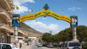 """Im Dorf Machghara im Bekaa-Tal wird man mit Porträts von iranischen Führern und Hisbollah-Märtyrern empfangen. Auch wer mit der Weltpolitik nicht so vertraut ist, erkennt auf den Reklametafeln in den Straßen sofort, wer die Freunde der Hisbollah, der """"Partei Gottes"""", sind."""