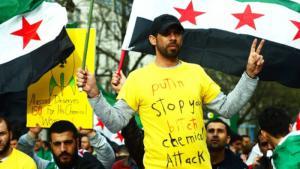 Syrische Oppositionelle protestieren gegen den Einsatz von Chemiewaffen durch das Assad-Regime; Foto: dpa/picture-alliance