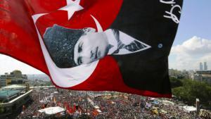 Atatürk-Fahne über dem Taksim-Platz in Istanbul; Foto: Reuters