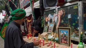 Für schiitische Muslime ist Hussein ein Symbol für die Rebellion gegen die Unterdrückung. Sie glauben, er habe sich dafür geopfert, den wahren Islam am Leben zu erhalten.