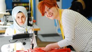 Profis an der Nähmaschine: Modedesignerin Claudia Frick und Schneiderin Reyhane; Foto: Nicole von Alvensleben