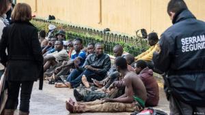 Festgenommene afrikanische Flüchtlinge an der Grenze in Melilla; Foto: Reuters