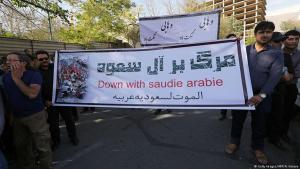 """Protestbanner vor der saudischen Botschaft in Teheran: """"Tod für Saudi-Arabien!""""; Foto: Getty Images/AFP"""