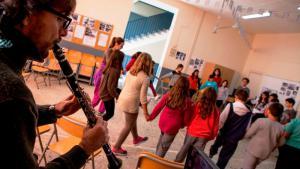 Oboist spielt vor Kindern und Jugendlichen in einem Schulgebäude auf der griechischen Insel Chios; Foto: Stamatis Menis