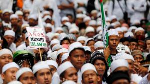 Anhänger der Islamic Defenders Front (FPI) demonstrieren gegen den christlichen Gouverneur von Jakarta, Ahok, im November 2016; Foto: Reuters
