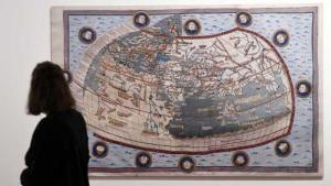 """Besucherin vor Exponat  der Ausstellung """"Juden, Christen, Muslime im Dialog der Wissenschaften 500-1500""""; Foto: dpa"""