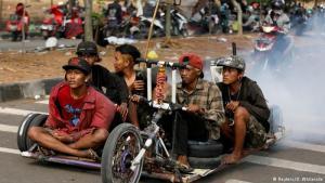 """Tollkühne Männer auf  rasenden """"Wespen"""": Die Stadt Kediri im Osten der indonesischen Insel Java wird alljährlich in Zweitakter-Rauch gehüllt, wenn Indonesiens Vespa-Freaks zusammenkommen. Dort präsentieren sie ihre teils bis zur Unkenntlichkeit umgebauten italienischen Kultroller."""