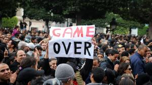 Demonstranten fordern am 14. Januar 2011 vor dem Innenministerium in Tunis den Rücktritt Ben Alis; Foto: Fethi Belaid/AFP