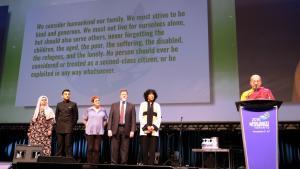 Gemeinsames Vortragen der Erklärung einer globalen Ethik während des 7. Parlaments der Religionen der Welt; Foto: Stefan Weidner