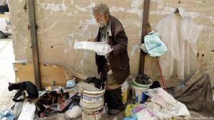 Der verarmte 90jährige Libanese Georges Gerges füttert seine Katze in einer Straße in der Nähe der Industriezone Dora in den nördlichen Vororten von Beirut; Foto: Getty Images/AFP/J. Eid