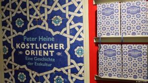 """Buchcover Peter Heines Kochbuch """"Köstlicher Orient"""" im Wagenbach-Verlag"""