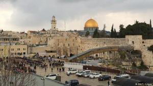 Tempelberg: Der Tempelberg in Jerusalem erhebt sich hinter der Klagemauer. Er ist einer der heiligsten Orte der Welt – und einer der umstrittensten. Auf dem Gipfel des Bergs stand ursprünglich der Salomonische Tempel. Heute befindet sich dort der Felsendom. Auf der südlichen Seite des Tempelberges steht die Al Aqsa Moschee, die drittwichtigste Moschee des Islams.