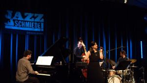 Ayça Miraç während eines Konzerts bei der Jazz Schmiede in Düsseldorf am 14. März 2018; Quelle: Facebook/Michael Weilandt