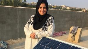 """""""Sun Box""""-Chefin Mashharawi mit einem Solarpanel in Gaza-City; Foto: Inge Günther"""