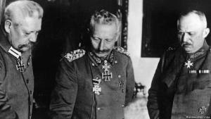 Kaiser Wilhelm II. (m.) neben Ludendorff und Hindenburg am 9.11.1918; Foto: picture-alliance/dpa