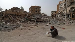 Mann in der kriegszerstörten syrischen Stadt Raqqa; Foto: AFP/Getty Images