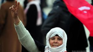 """Tunesierin protestiert während der """"Jasminrevolution"""" von 2010/11 in Tunis; Foto: picture-alliance/abaca"""