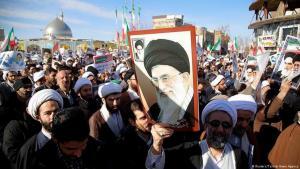 Gegendemonstration in Teheran: Demonstranten tragen Bilder von Ayatollah Khamenei zur Verteidigung der Islamischen Republik; Foto: Reuters/Tasnim News Agency