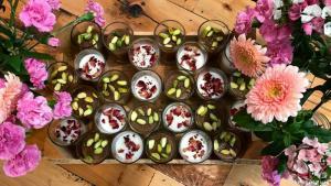 Guten Appetit!  In einem Land, das sich über Jahrzehnte hinweg an ethnischen und religiösen Fronten bekämpft hat, ist Kochen und Essen ein erster Schritt, die Barrieren zu überwinden, meint Mouzawak. Schließlich bringe Essen die unterschiedlichsten Leute zusammen. Deshalb lautet Mouzawaks Motto: Essen statt Krieg!