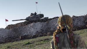 Einheiten der kurdischen YPG vor einer türkischen Stellung in Syrien; Foto: picture-alliance/AP/Depo Photos/M. Corban