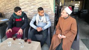Al-Azhar-Scheich im Kaffeehaus-Gespräch mit jungen Bewohnern des Kairoer Stadtteils Scharabiya; Foto: Karim El-Gawhary