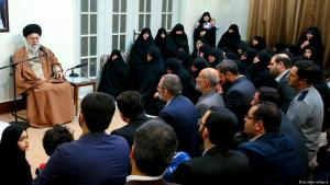 """Irans Revolutionsführer Ali Khamenei hält am 2. Januar 2018 eine Rede vor Angehörigen der """"Märtyrerfamilien"""" in Teheran; Foto: picture-alliance"""
