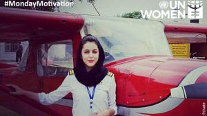 Die pakistanische Pilotin Amen Aamir vor einer Cessna am Rawalpindi Flying Club; Foto: UN Women/Twitter