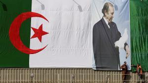 Fahne Algeriens mit dem Bild Präsident Bouteflikas in Algiers; Foto: Reuters