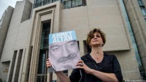 Journalistin fordert die Freilassung Ahmet Altans vor einem Gericht in Istanbul am 19. Juni 2017; Foto: Getty Images/AFP/O. Kose