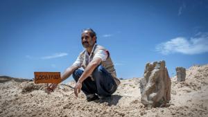 Will den Flüchtlingen wenigstens im Tod Respekt zollen - der ehrenamtliche Totengräber Chemseddine Marzoug; Foto: AFP