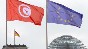 Die Flaggen von Tunesien und der Europäischen Union (EU) wehen über der Kuppel des Reichstages in Berlin; Foto: Soeren Stache/dpa