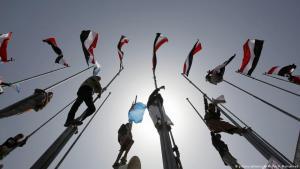 Ehemalige Bündnispartner des ermordeten Ex-Präsidenten Ali Abdullah Salih und Huthi-Rebellen hissen jemenitische Fahnen in Sanaa am ersten Jahrestag der saudischen Militärintervention im Jemen; Foto: picture-alliance/AP/H. Mohammed