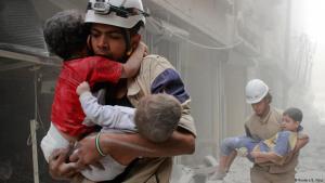 Rettungshelfer der Weißhelme bergen Kinder aus dem zerstörten Aleppo; Foto: Reuters