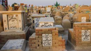 Die meisten Gräber des Friedhofs wurden aus gebrannten Ziegeln erbaut, und die Türme über den Gräbern sind mit Lehm bedeckt. Die Größe dieser Türme richtet sich nach dem sozialen und wirtschaftlichen Status der jeweiligen Toten.