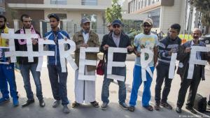 """Anhänger der marokkanischen Bewegung  """"Hirak El-Shaabi"""" demonstrieren vor einem Gericht in Casablanca für die Freilassung von Nasser Zefzafi am 31. Oktober 2017; Foto: Getty Images/AFP/F. Senna"""