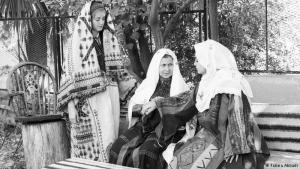 """Lange Tradition: Das arabische Wort """"Tatreez"""" bezeichnet die einzigartige Stickerei, die es nur in Palästina gibt. Die Ursprünge der Tradition sollen auf die Zeit um 1000 v. Chr. zurückgehen. Dieses Kunsthandwerk war stets Frauen vorbehalten, sagt die Fotografin Fatima Abbadi. Die Mütter hätten es ihren Töchtern weitergegeben. Ähnlich wie bei Kochrezepten habe jede Generation etwas eigenes hinzugefügt."""