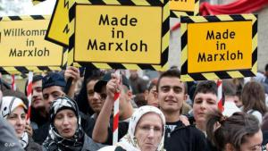 """Junge Türken halten am 26. Okt. 2008 Plakate mit der Aufschrift """"Made in Marxloh"""" bei der Eröffnung der damals neuen Merkez-Moschee in Duisburg; Foto: AP/Martin Meissner"""