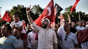 Religiös-nationalistische Anhänger Erdoğans während einer Kundgebung in Istanbul; Foto: ARIS MESSINIS/AFP/Getty Images