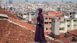 Istanbul passt in keine Schublade: Istanbul ist die einzige Stadt der Welt, die auf zwei Kontinenten liegt: Europa und Asien. In der Bosporus-Metropole prallen Tradition und Moderne, Religion und säkularer Lifestyle aufeinander wie an kaum einem anderen Ort. Viele sagen: Genau das macht den Zauber der Stadt aus.