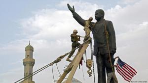 US-Marines stürzen am 9. April 2003 eine Statue des irakischen Diktators Saddam Hussein in Bagdad; Foto: picture-alliance/dpa