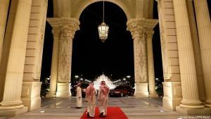 Saudische Männer verlassen am 4. März 2013 den Eingang des Ritz-Carlton Hotels in Riad.  (Foto: Getty Images / AFP / J. Martin)